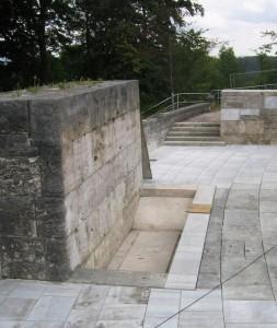 Die Grabplatte vor dem nackten Denkstein